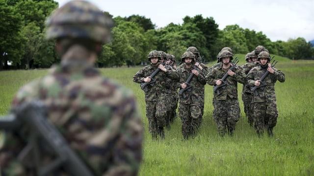 Soldaten auf Wiese