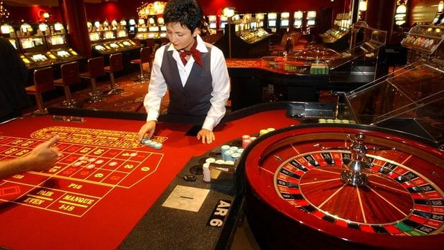 Eine Croupier im Grand Casino in Basel vor einem fast leeren Tisch.