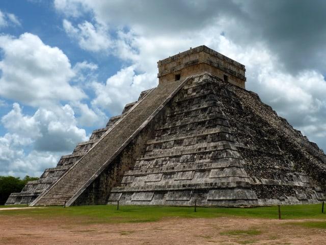 Eine steinerne Stufenpyramide im heutigen Mexiko.