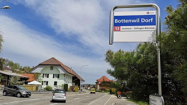 Schild an Bushaltestelle