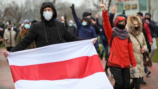 Demonstranten mit Flagge in Minsk