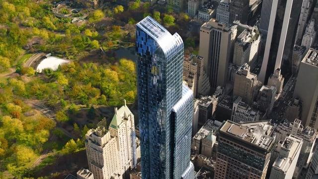 Luftaufnahme von Manhatten in New York. Links ist der Central Park abgebildet und rechts sind Hochhäuser zu sehen.