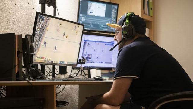 In um che dat in gieu da hockey al computer.