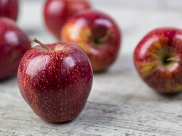 Äpfel auf einem Holztisch.