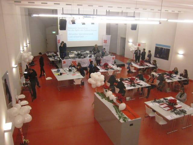 SRG-Studio in Bern, eingerichtet mit verschiedenen Arbeitsplätzen.