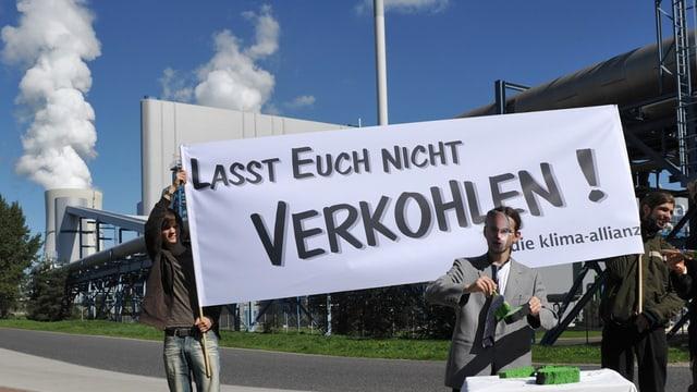"""Transparent """"Lasst euch nicht verkohlen"""", Umweltschützer demonstrieren."""