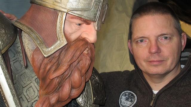 Bernd Greisinger steht neben Gimli aus dem Film «Herr der Ringe»