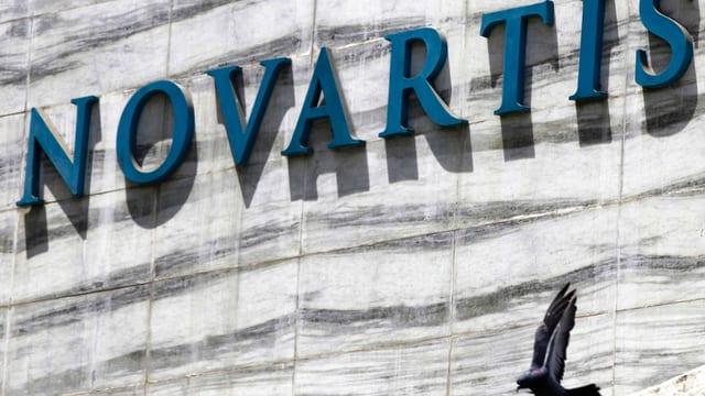Novartis Schriftzug an Gebäude