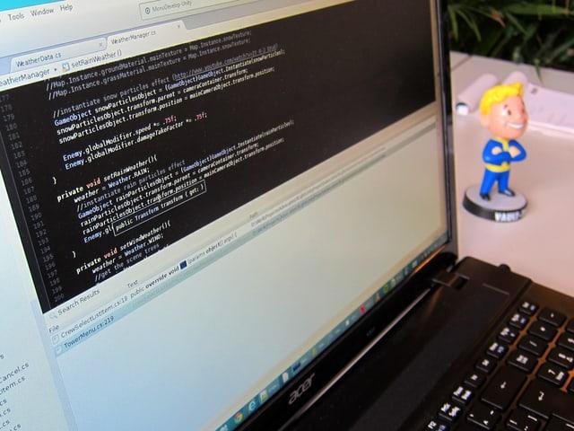 Auf einem Laptop-Bildschirm ist Computer-Code zu sehen.