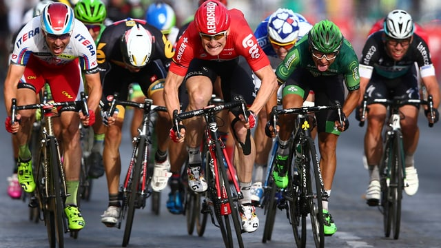 Die Spitze der Tour de France bei einem Etappenziel 2015.