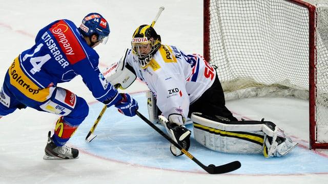 Ein Eishockey-Stürmer und ein Eishockey-Goalie.