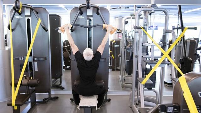 Mann trainiert im Fitnesscenter