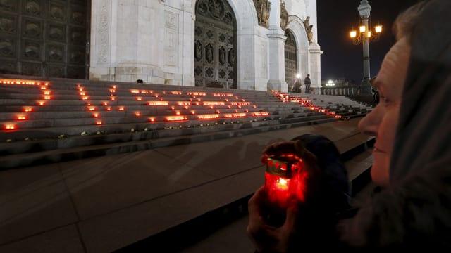 Kerzen vor einem Gebäude