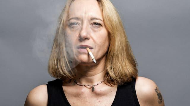 Virginie Despentes blickt mit Zigarette im Mundwinkel und Trägershirt in die Kamera.