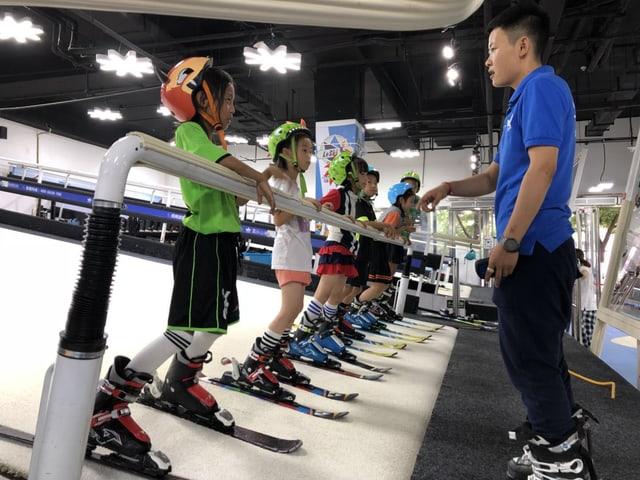 Chinesische Kinder auf dem Rollband