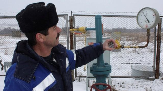 Ein Gazprom-Techniker mit Fellkappe inspiziert ein Gasometer bei der Messstation in Pisarewka nahe der ukrainischen Grenze.