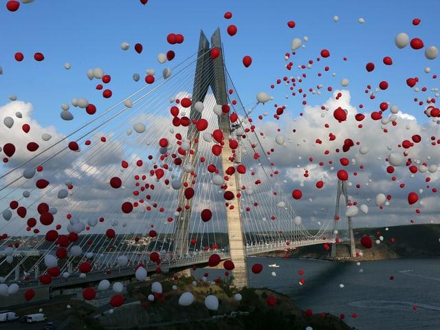 Brücke mit rot-weissen Ballons.