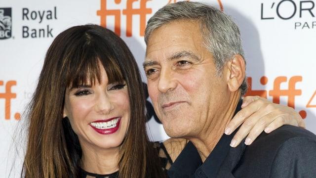 Sandra Bullock und George Clooney lachend am Filmfestival Toronto.