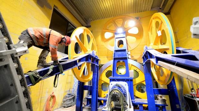 Bauarbeiter arbeitet an Seilbahnantriebsrädern