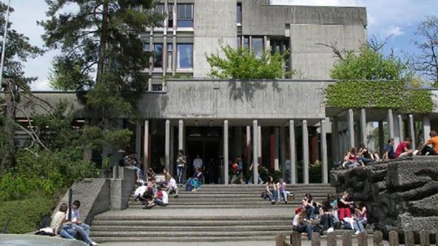 Schüler auf der Treppe vor der Kantonsschule Wattwil