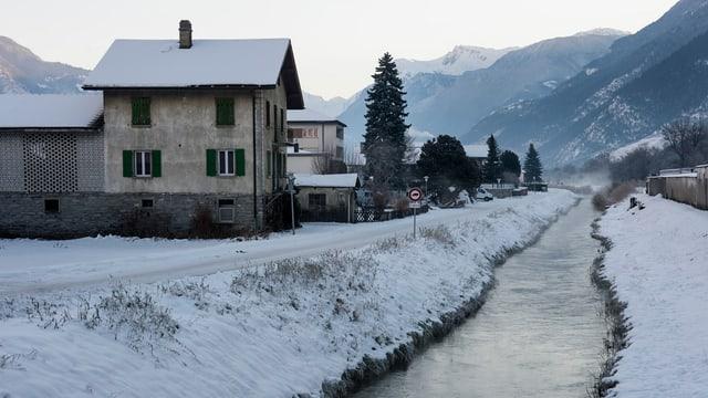 Ein kleiner Fluss fliesst neben einem Haus durch.