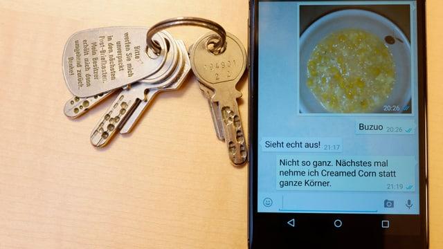 Schlüsselbund neben Handy mit WhatsApp