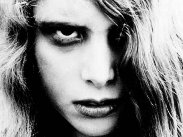 Junge Zombie-Frau, Schwarz-weiss-Bild in Nahaufnahme. Aus dem Film «Nacht der lebenden Toten».