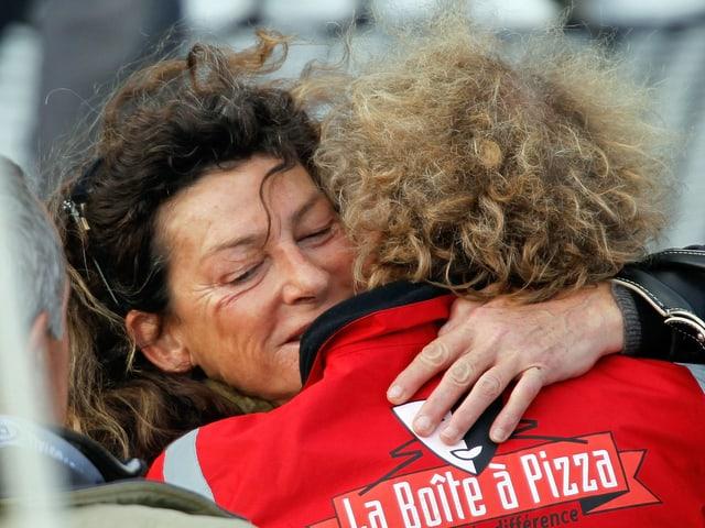 Florence Arthaud umarmt 2010 kurz vor einer Regatte einen Kollegen. (reuters)