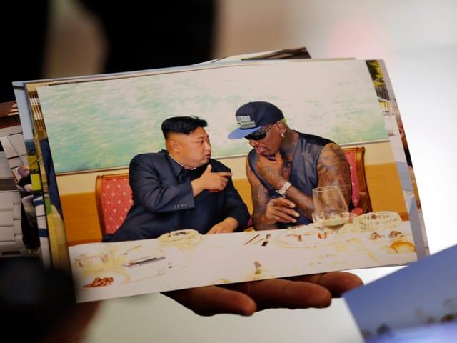 Ein Foto von Dennis Rodman und Kim Jong Un.