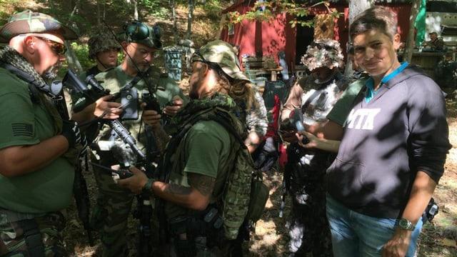 Korrespondentin Isabelle Jacobi mit einigen Miliz-Soldaten.