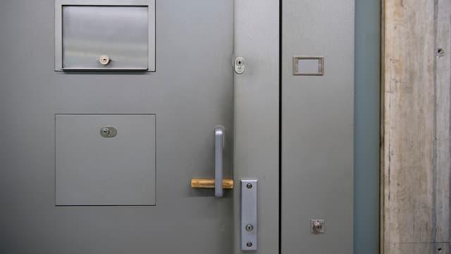 Türe eine Gefängniszelle