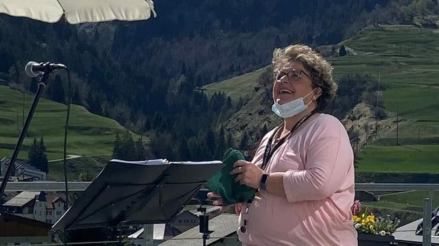 Karin Luzio-Kopp en acziun sin terassa dal Center da Sanadad Savognin.