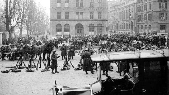 Truppen auf dem Waisenhausplatz 1918