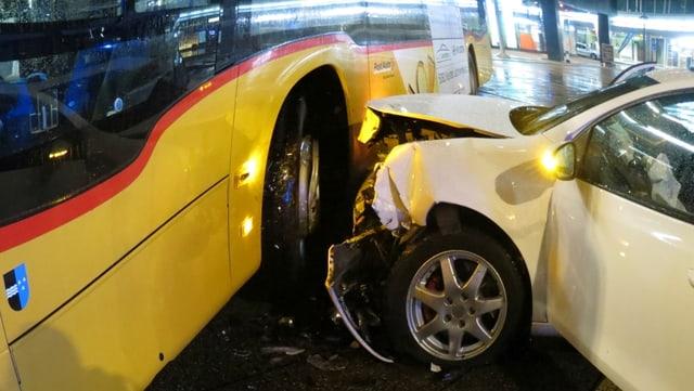 Auto mit eingedrückter Front in Bus
