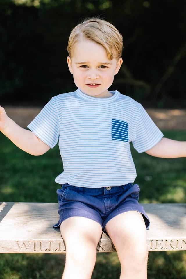 Prinz George mit Streifen Shirt und blauen Shorts