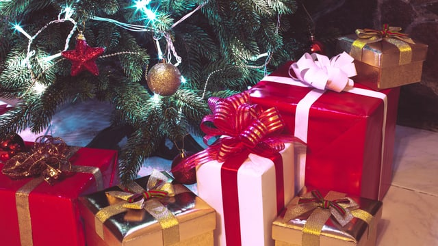 Eingepackte Geschenke unter Weihnachtsbaum
