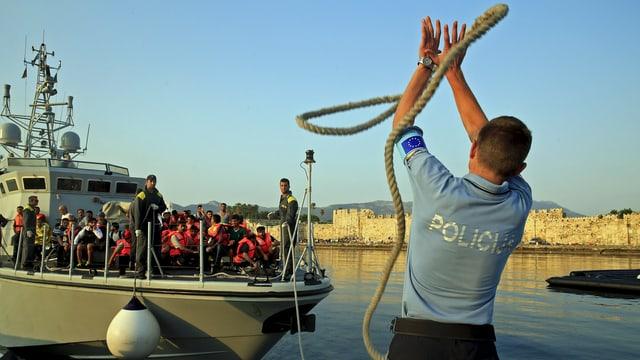 Frontex-Polizist wirft Tau.