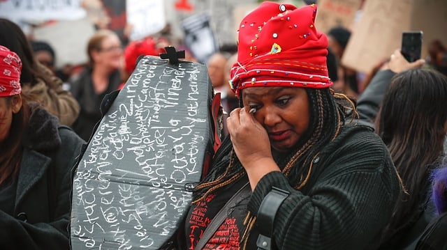Frau wischt sich Tränen ab