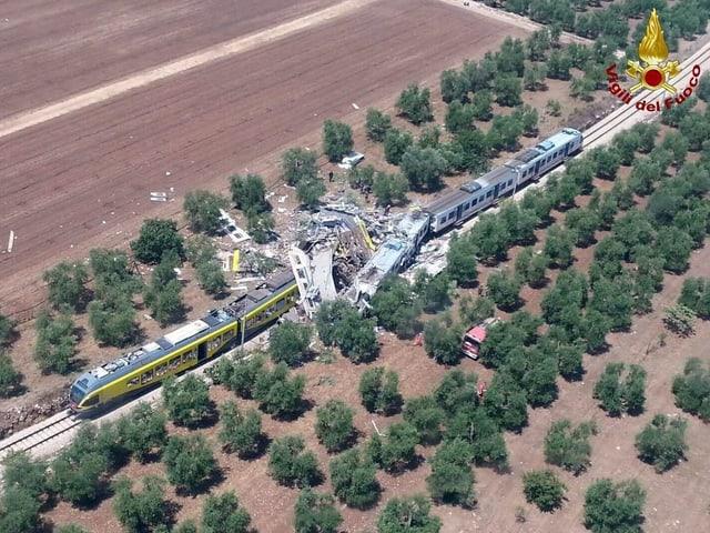 Luftaufnahme der Unglückstelle - die zwei Züge sind verkeilt.