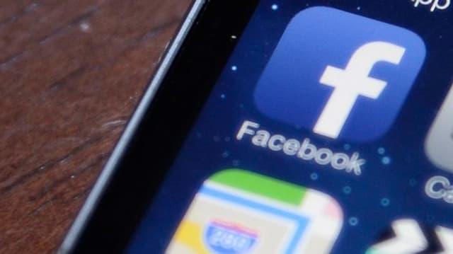 Facebook-App auf einem Display