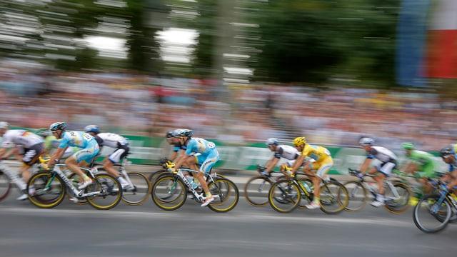 Feld der Radrennfahrer auf der Tour de France in Paris.