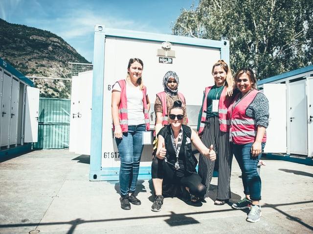Gruppenbild von Daniela Supersaxo und ein paar Asylsuchenden.