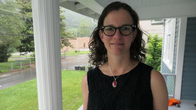 Anwältin Mary Cromer steht auf einer Veranda.