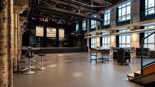 Ein grosser Raum mit Bühne.