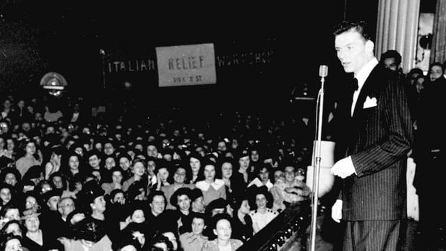 Frank Sinatra bei einem Konzert.