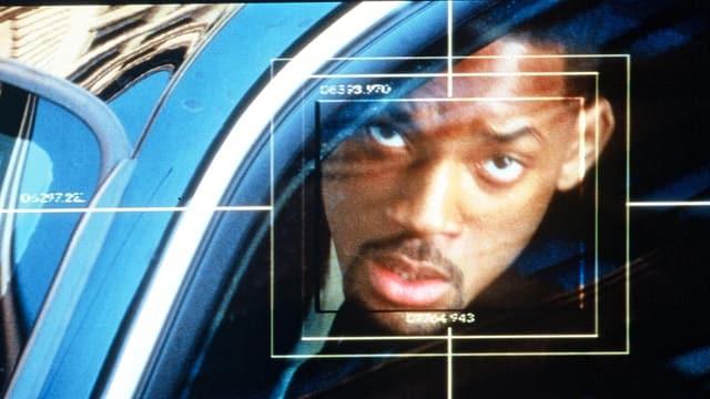 Ein dunkelhäutiger Mann wird von einer Überwachungskamera erfasst.