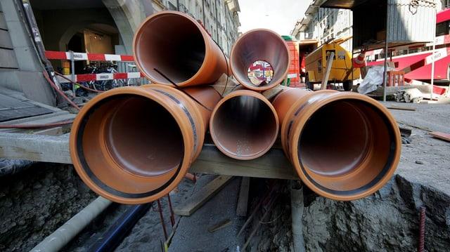 Rohrleitungen aus Plastik auf Baustelle