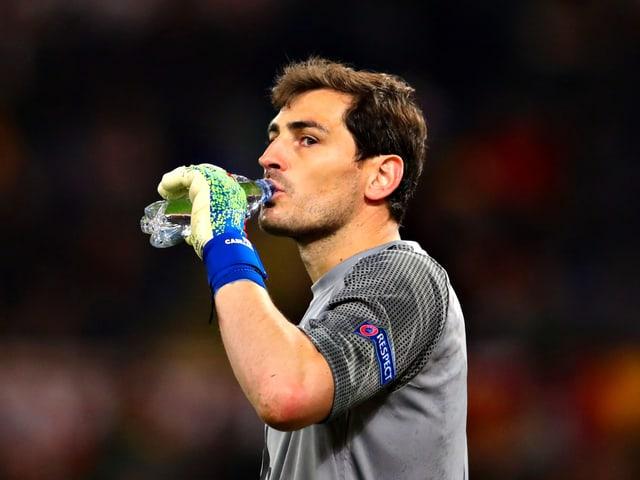Iker Casillas nimmt einen Schluck aus einer Trinkflasche.