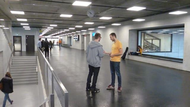 Kühle Architektur: Die Hauptverkehrsachse im Neubau des vonRoll-Hochschulzentrums.