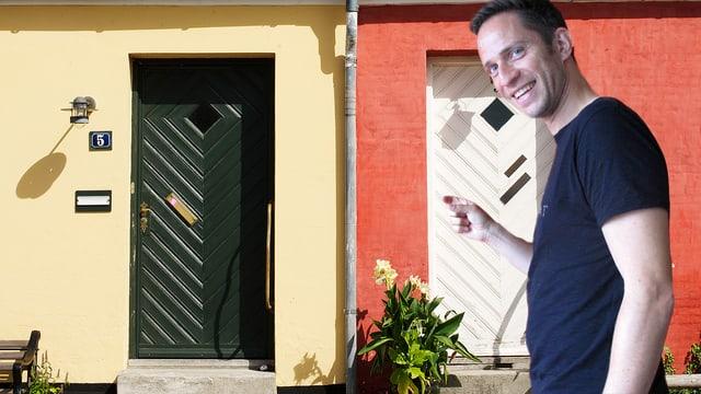 Adrian Küpfer klopft an die rechte von zwei Haustüren im Bild.